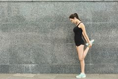 Giovane corridore femminile che si scalda prima dell'correre Fotografie Stock Libere da Diritti