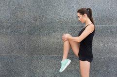 Giovane corridore femminile che si scalda prima dell'correre Immagine Stock Libera da Diritti