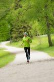 Giovane corridore femminile sportivo nel parco della città Immagine Stock Libera da Diritti