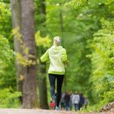 Giovane corridore femminile sportivo nella foresta Immagine Stock Libera da Diritti