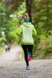 Giovane corridore femminile sportivo nella foresta Fotografie Stock Libere da Diritti