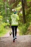 Giovane corridore femminile sportivo nella foresta Immagini Stock