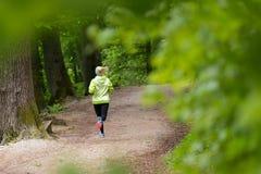 Giovane corridore femminile sportivo nella foresta Fotografia Stock