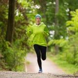 Giovane corridore femminile sportivo nella foresta Immagini Stock Libere da Diritti