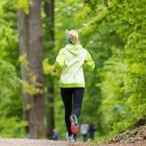 Giovane corridore femminile sportivo nella foresta Fotografie Stock