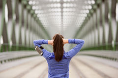 Giovane corridore nella città che allunga sul ponte d'acciaio verde Immagine Stock