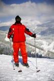 Giovane corsa con gli sci attiva dell'uomo in montagne Immagini Stock Libere da Diritti
