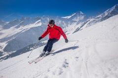 Giovane corsa con gli sci felice dell'uomo nella stazione sciistica di Lenzerheide, Svizzera Immagini Stock