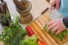Giovane cottura maschio nella cucina Alimento sano Immagine potata delle verdure di taglio del giovane per alimento Fotografia Stock Libera da Diritti