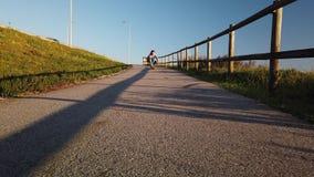 Giovane crociera del skateboarder
