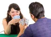 Giovane cuarenta delle carte da gioco delle coppie Immagine Stock