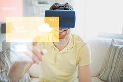 Giovane in cuffia avricolare di realtà virtuale o vetri 3d Immagini Stock