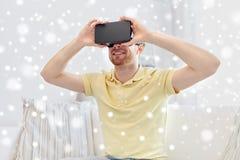 Giovane in cuffia avricolare di realtà virtuale o vetri 3d Fotografie Stock Libere da Diritti