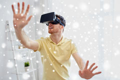 Giovane in cuffia avricolare di realtà virtuale o vetri 3d Immagine Stock Libera da Diritti