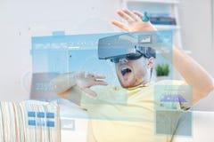 Giovane in cuffia avricolare di realtà virtuale o vetri 3d Fotografie Stock