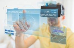 Giovane in cuffia avricolare di realtà virtuale o vetri 3d Immagine Stock