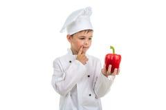Giovane cuoco unico che pensa all'idea creativa dell'insalata fare - isolato su bianco immagini stock