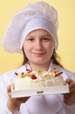 Giovane cuoco unico con la torta Fotografia Stock Libera da Diritti
