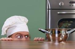 Giovane cuoco unico divertente fotografia stock