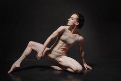 Giovane dancing attraente del ballerino di balletto nello studio Immagine Stock Libera da Diritti