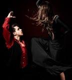 Giovane dancing di flamenco di passione delle coppie sul ligh rosso Fotografie Stock Libere da Diritti