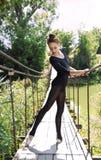 Giovane dancing flessibile della ballerina su un ponte Fotografie Stock Libere da Diritti