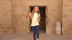 Giovane dancing grazioso della ragazza al fondo di pietra beige archivi video