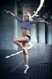 Giovane dancing sottile della donna Immagine Stock Libera da Diritti
