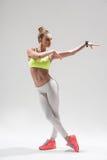 Giovane dancing sportivo attraente della ragazza con la gioia Immagine Stock