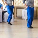 Giovane danzatore vestito come una posizione del marinaio Immagine Stock