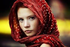 Giovane della donna ritratto tranquillo all'aperto Immagine Stock