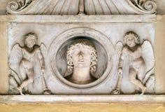 Giovane della famiglia di Colonna, fiancheggiato da una coppia i cupidi con le torce downturned, dei Santi XII Apostoli della chi Fotografie Stock Libere da Diritti