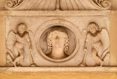 Giovane della famiglia di Colonna, fiancheggiato da una coppia i cupidi con le torce downturned, dei Santi XII Apostoli della chi Immagini Stock