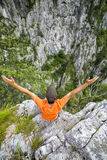 Giovane della viandante che allunga le sue armi sulla montagna Fotografia Stock Libera da Diritti