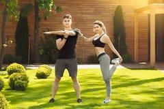 Giovane delle coppie di esercizio stile di vita sano insieme all'aperto Immagini Stock Libere da Diritti
