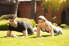 Giovane delle coppie di esercizio stile di vita sano insieme all'aperto Immagini Stock