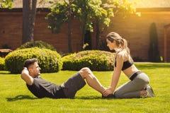 Giovane delle coppie di esercizio stile di vita sano insieme all'aperto Fotografia Stock Libera da Diritti
