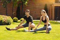 Giovane delle coppie di esercizio stile di vita sano insieme all'aperto Immagine Stock Libera da Diritti