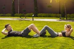 Giovane delle coppie di esercizio stile di vita sano insieme all'aperto Immagine Stock