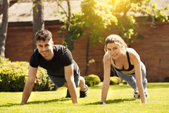 Giovane delle coppie di esercizio stile di vita sano insieme all'aperto Fotografie Stock