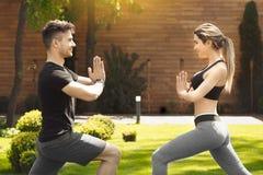 Giovane delle coppie di esercizio stile di vita sano insieme all'aperto Fotografia Stock