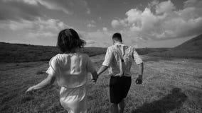 Giovane delle coppie di grano del giacimento tramonto spensierato amoroso all'aperto bianco Nero video d archivio