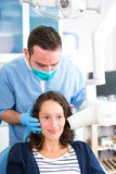 Giovane dentista attraente che fa una radiografia dei denti della donna Immagine Stock