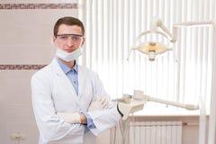 Giovane dentista con gli strumenti Immagini Stock Libere da Diritti