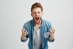 Giovane di collera arrabbiata con gesturing di grido gridante della barba sopra il fondo bianco Fotografie Stock Libere da Diritti