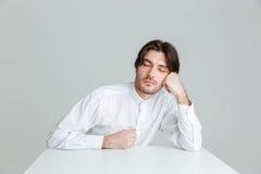 Giovane di Hadsome in camicia bianca che dorme allo scrittorio Immagine Stock Libera da Diritti
