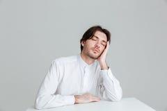 Giovane di Hadsome in camicia bianca che dorme allo scrittorio Fotografia Stock