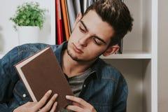 Giovane di lettura moderna e casuale un libro Fotografia Stock Libera da Diritti
