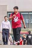 Giovane di peso eccessivo sul ponte pedonale, Pechino, Cina Fotografie Stock Libere da Diritti