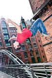 Giovane di salto Fotografie Stock Libere da Diritti